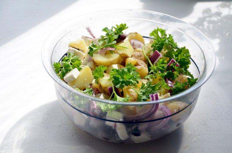 5 Cara agar Salad Kentang Terasa Sempurna